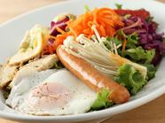 新鮮な野菜が盛りだくさん、ヘルシーな一品『朝イチマーケットサラダ』