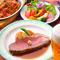 旨味が凝縮したローストビーフ&新鮮野菜たっぷりのサラダバー