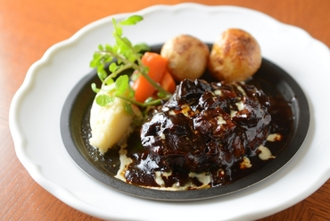 肉の旨みと食感が魅力の『大宮特製ハンバーグステーキ』
