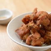 独自のスパイスで仕込んだ鶏肉を、香ばしく上げた逸品『唐揚げ』