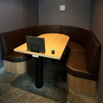 ソファボックス席は、落ち着きのあるゆったりとした空間で、大人の雰囲気が漂います。個室も完備。