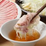 黒豚しゃぶしゃぶ定番おすすめコースはおいしい豆腐3色盛/お作り2種/季節のサラダ/季節の魚バターソース/黒豚しゃぶしゃぶ/そば/季節のシャーベットで6,000円。