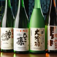 日本酒は【神亀酒造】をはじめ、全国の銘酒が80種類以上ラインアップ。温度や天然の魚介との食べ合わせにより、多彩に変化する純米酒を味わえます。