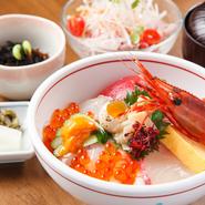 豊かな海で育ったエビ、イクラ、白身魚など新鮮な魚介類をふんだんに使い、1つの丼に盛られています。