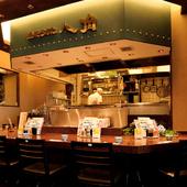カウンター席は料理人の目の前。おいしい料理で会話もはずみます
