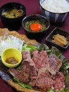 宮崎本店では誰もが注文する名物メニューの豚タンを贅沢に御膳にしました。 ・豚タン ・月見おろしポン酢 ・ご飯 ・味噌汁 ・香の物