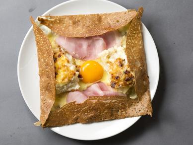 シュペールコンプレット(卵、チーズ、ハム、ジャガイモグラタン)