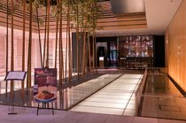 東京ミッドタウンの地下1階。和の趣を取り入れたエントランス