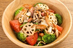 キノコと新鮮野菜がたっぷりと入った『森のヤッホーサラダ HALF 』