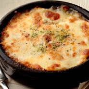 モッツァレラチーズをふんだんに使ってチーズの食感、濃厚なチーズの風味を加えた濃厚なミートソース。モッツァレラチーズの味を損なわないように、すべての料理にニンニクと玉ねぎは使用されていません。
