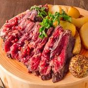 ふんわり柔らかく、レアに焼き上げた牛ハラミのステーキ!マスタード・ステーキソース・ピンクソルトの3種類の特製ソースでお召し上がり下さい。 肉の旨みが溢れた上質な美味しさをお楽しみ頂けます。