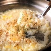 具沢山で食べ応え抜群!パリッパリの食感がたまらない羽付き餃子。熱々の鉄板でご提供致します!餃子全体にお肉の旨みが染み込み一度食べたら止まらない、肉汁溢れるジューシーな味わいをお楽しみ頂けます。