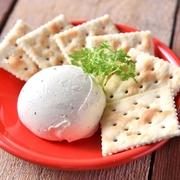 お野菜のさっぱりとした味わいの中にクリームチーズのコクがアクアセントに!女性に人気のヘルシーな生春巻きです。特製チリソースに絡めてお召し上がり下さい。