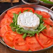 """ド迫力!大きくカットしたロメインレタスを大胆にグリルした""""変わりサラダ""""。チーズの風味とベーコンの香ばしさが口の中に広がり、焼きロメインの食感と一緒にゴージャスな味わいをお楽しみ頂けます。"""