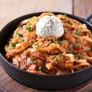 サッと炙ったとろけるサーモンを旬の野菜と一緒に彩り鮮やかに盛り付けた逸品♪サーモンに含まれるEPAや玉ねぎが血液をサラサラにし、トマトに含まれるリコピンやビタミンがお肌を丈夫にすると言われています。
