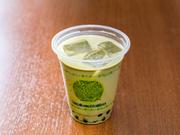 【タピオカベリーズ】の手作りの甘いミルクティーとこだわりの京抹茶を割って仕上げたオリジナルメニューです。ミルクティーのコクと京抹茶の香りが程よくミックスされ、最後までまろやかにすっきり飲めます。