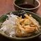 オシャレなフードコートで十割蕎麦と天ぷらと日本酒が楽しめる