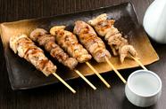 素材はその日のお楽しみ。熱々ジューシーなお肉の旨みを味わえる『串盛り』