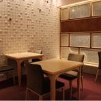 4名から利用できるコンパクトな個室から、各個室を繋げることで最大20名まで対応可能。お顔合わせや結納などのお席にはもちろん、同窓会や接待での利用などで幅広く活用することができます。