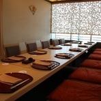 4名から使用できる個室は、プライベートな集まりにぴったりです。また、8~10名まで収容可能な個室もあり、家族や親戚などが集まったお祝いの席や接待利用に最適。全ての個室を繋げれば最大20名まで利用できます。