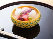 函館産の天然昆布と枕崎産の鰹節で引いた一番出汁を使用。椀だねには季節の魚の白身でつくった真薯や、旬の野菜などを彩りよく添えて、盛り付けでも季節感を味わえるように仕上がっています。※料理は一例です。
