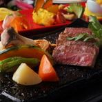 フィレステーキ同様、A4、A5ランクにこだわった鹿児島県産薩摩の黒毛和牛が使われています。きめ細かな霜降りと程良い脂身がジューシーで、甘味のあるお肉です。