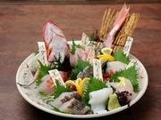 その日の朝に仕入れた魚の中から贅沢に7種類も盛った『産地直送盛り合わせ』は、絶対に食べたい、お店の人気ナンバーワンメニューです。白身を中心に魚の姿盛りも!鮮度はもちろん、豪華な見た目も好評です。