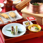 食器は一つひとつ吟味され、料理を引き立てる綺麗なものをセレクト。料理と器のコントラストで、テーブルが華やかに彩られます。店内も明るく、清潔感があり気持ちよく過ごせる空間です。