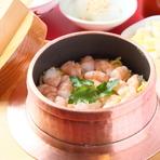 昆布とかつおのだしを丁寧に取り、厳選されたお米で炊き上げる釜めし。ふたを開けた瞬間にばっと広がるだしの薫りがたまりません。プリッとした海老がたっぷり使われた贅沢なメニューです。