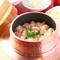 プリプリの海老が入った豪華な一品。海老の旨みを存分に味わえる『海老釜めし』