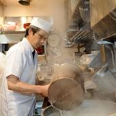 お料理をお出しするタイミングなど、細部にまで気を配って