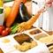 色とりどりの食材や串カツに合わせた食器を使用