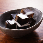 喜界島産の黒糖だけをつかった自家製の『喜界島黒糖ゼリー』。口にすれば優しい甘みと共に、黒糖のコクがふわりと広がります。甘いものに目が無い女性の心を魅了するデザート。〆の一品にいかがでしょう。