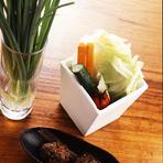 串カツに、シャキッとした野菜はつきもの。キャベツや野菜スティックは、おかわり自由で食べられます。サクサクの串カツを味わいながら、野菜もたっぷりと摂ることができる嬉しいサービス。