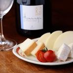 日本各地の蔵元より仕入れた焼酎や、日本酒とのマッチングも格別ですが、フランス産を中心としたワインと合わせるのもおすすめ。希少な『吉田牧場チーズ』をいただきながらワインを傾けるのも素敵なものです。