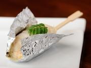 上質な殻付きの本ずわい蟹から、丁寧に身を取り出し、鱚で巻いてボイル。職人の卓越した技がつくり出す秀逸な料理に、感嘆の声がもれることでしょう。蟹の柔らかな食感と、豊かな甘みがたまりません!