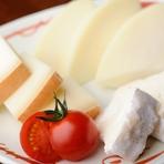 入手困難な「吉田牧場のチーズ」は、ワインとの相性も抜群。「ずわい蟹」をつかった『ずわい蟹の鱚巻き』は、創業以来の味を守り続ける絶品メニュー。素材にこだわりを持った、多彩な串料理を満喫していただけます。