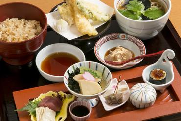 華やかな料理が並ぶ『ぼんぼり弁当』
