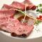上質なお肉ならではの柔らかな口当たり、口の中で奥深く広がる旨味を愉しむ『厳選牛のローストビーフ』