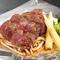 赤身肉の旨味を堪能できる、当店自慢の『ステーキ』