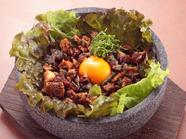 熱々に焼いた石の中に鰻と新鮮野菜を入れた、ヘルシーな『石焼うなぎ御飯』