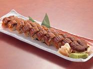 表面はパリッと、身はふわっとした食感に焼き上げた鰻を酢飯と合わせた『うなぎ棒寿司』