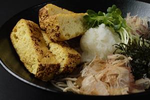 新潟県栃尾名物の代表格・油揚げを使った『ぶっかけ栃尾のジャンボ油揚げそば』