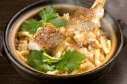 ふっくらと炊き上げた「真鯛」を楽しむ『名物真鯛の土鍋飯』