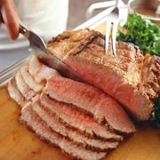 香味野菜薫る特製のグレービーソースと共に、約3時間かけ肉の旨みをじっくり閉じ込めたローストビーフ。贅沢にカットされたシェフ自慢の逸品です。