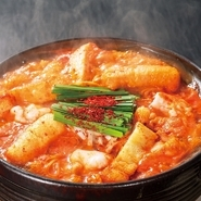 <赤から鍋って?>名古屋味噌と赤唐辛子を絶妙にブレンドしたスープの赤から鍋!野菜たっぷりのヘルシー鍋!絶妙な甘み・刺激的な辛さのバランスが取れた名古屋名物鍋!とりあえず『うまい鍋』ってことです。