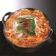 赤から鍋って?「名古屋名物赤味噌と赤唐辛子の絶妙な味のもつ鍋!」「野菜たっぷりのヘルシー鍋!」「絶妙な甘み・刺激的な辛さのバランスが取れた名古屋名物鍋!」とりあえず「うまい鍋」ってことです。