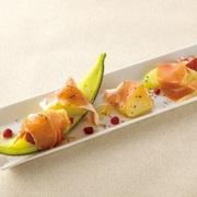 有頭海老、牡蠣、帆立、白身魚にベーコンなどが入った贅沢なお鍋です。海老味噌スープでつくる〆のリゾットもおすすめです。