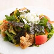 スパイスの効いたチキンも入ったパワーコブサラダは栄養満点!