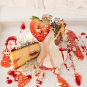 人気のバスクチーズケーキにホワイトショコラを加え、ほろ苦くミルキーに仕上げました。濃厚な味わいでワインにもよく合います。チーズケーキの下には苺のコンフィチュールを入れバニラクリームを添えました。